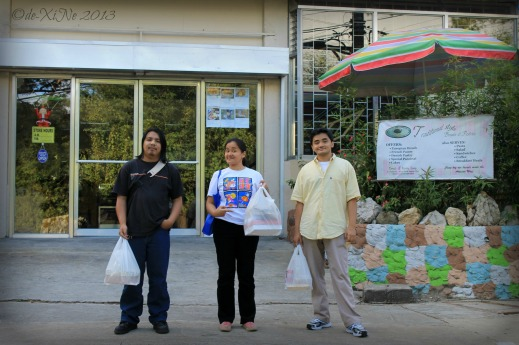 happy bread shoppers at facade of Kiwi's Bread and Pastry Shop Baguio 2013