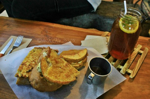 2015-11-10 Baguio Pandora's Box Tavern Cafe grilled cheese 'n fries and Tavernblend iced tea in a 1 liter mason jar